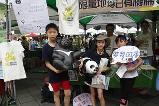 國語實小的小朋友與紙貓熊和紙黑熊合照