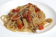 Spaghetti alla chitarra di Massimo Mancini con vongole dell' Adriatico, pomodori datterini, basilico