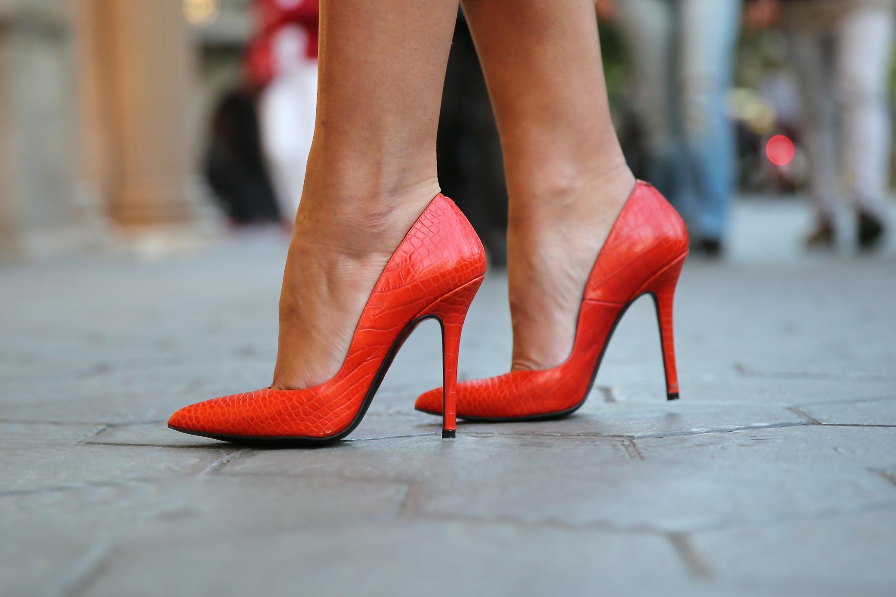 trendy_taste-look-outfit-hotel_majestic-street_style-ootd-blog-blogger-fashion_spain-moda_españa-falda_flecos-fringes_skirt-mas34-mango-blusa_flores-primaver_verano-zapatos_naranjas-tocado_dorado-1