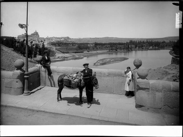 Puente de Alcántara a comienzos del siglo XX. Fotografía de J. Lacoste © MECD, Fototeca del IPCE, signatura VN-22536_P