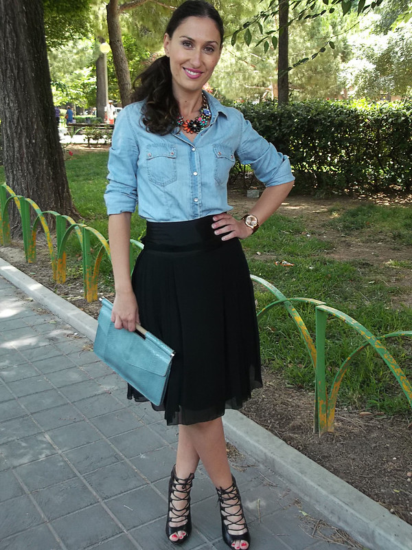camisa vaquera, falda plisada gasa negra, lady, sandalias negras abotinadas de cordones cruzados, collar joya, clutch piel de pitón azul cielo, denim shirt, pleated black chiffon skirt, black crossed laces sandals, jewel necklace, blue sky python leather clutch, Stradivarius, Massimo Dutti, Zara, Bimba & Lola, Prada, Arabian's