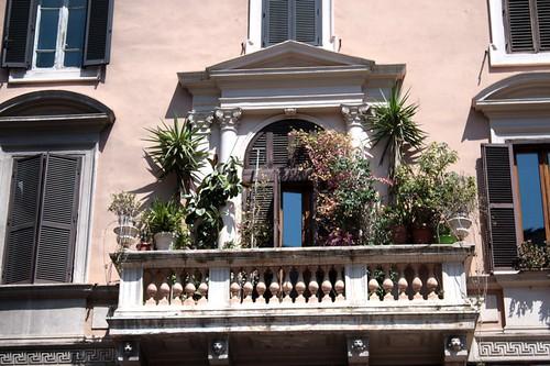 Un balcone fiorito a via Cavour