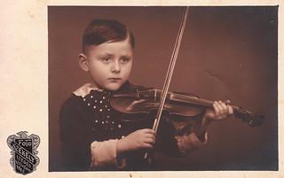 Kálmánka, 6 years old, with a violin by Aladár Székely (Saturday, 8 February 1936)