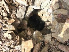Plate-forme sommitale du piton rocheux : trous de pylônes (?)