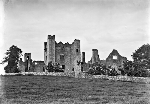 eason easonson easoncollection easonphotographiccollection glassnegative 20thcentury nationallibraryofireland castleruins ireland bective countymeath possiblecataloguecorrection abbey bectiveabbey freedom nationalmonument dissolutionofthemonasteries estate opw braveheart locationidentified