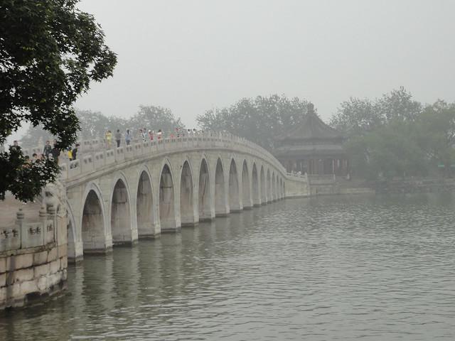 Pont des Dix-sept arches sur le lac Kunming depuis le Palais d'été à Beijing