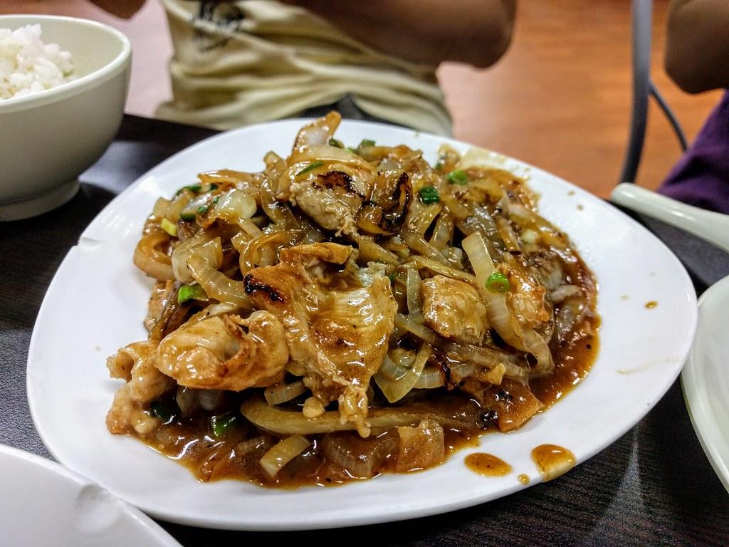 松板肉,肉頗多,配菜也頗多...看那洋蔥,根本不用錢一樣XDD
