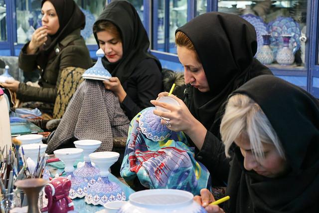At a persian enamel painting studio, Isfahan イスファハン職人街、ミーナー・カーリー工房で絵付けする女性たち