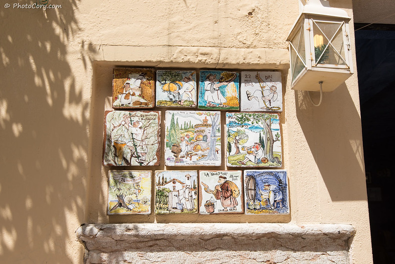 Ceramic drawings on a wall in Bardolino