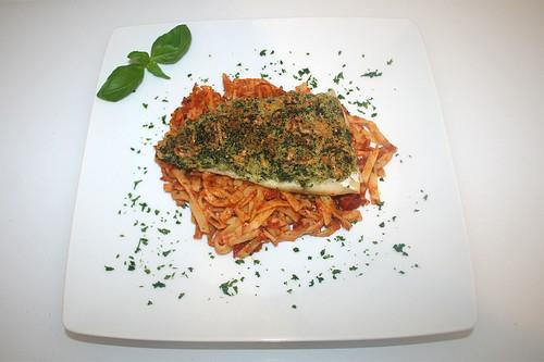 48 - Knusperfisch auf Tomatennudeln - Serviert / Crispy fish on tomato noodles - Served