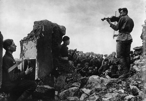 soldato russo suona il violino