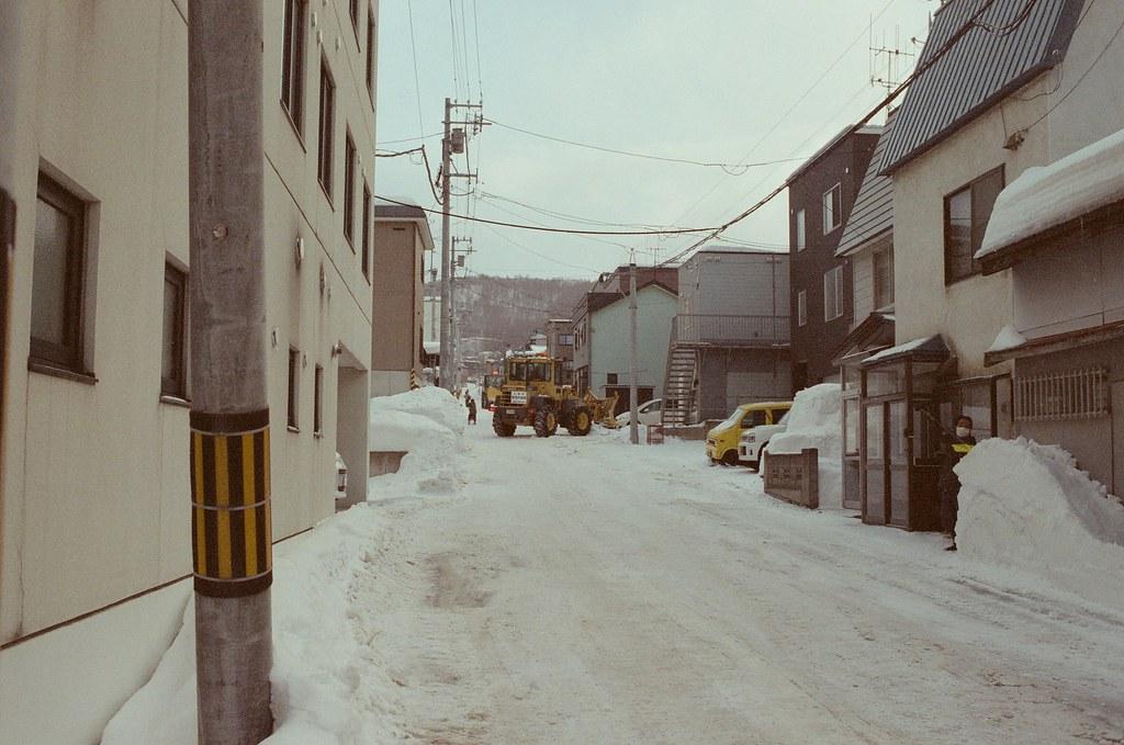 小樽 Otaru 北海道 / Fujifilm 500D 8592 / Nikon FM2 看到遠方一台大型的鏟雪車,好神奇,還要出動大型機具來把雪處理掉。  下雪會推起來,下雨水會自己往低處流,所以下雪的時候有點麻煩。  Nikon FM2 Nikon AI AF Nikkor 35mm F/2D Fujifilm 500D 8592 1119-0030 2016/02/02 Photo by Toomore