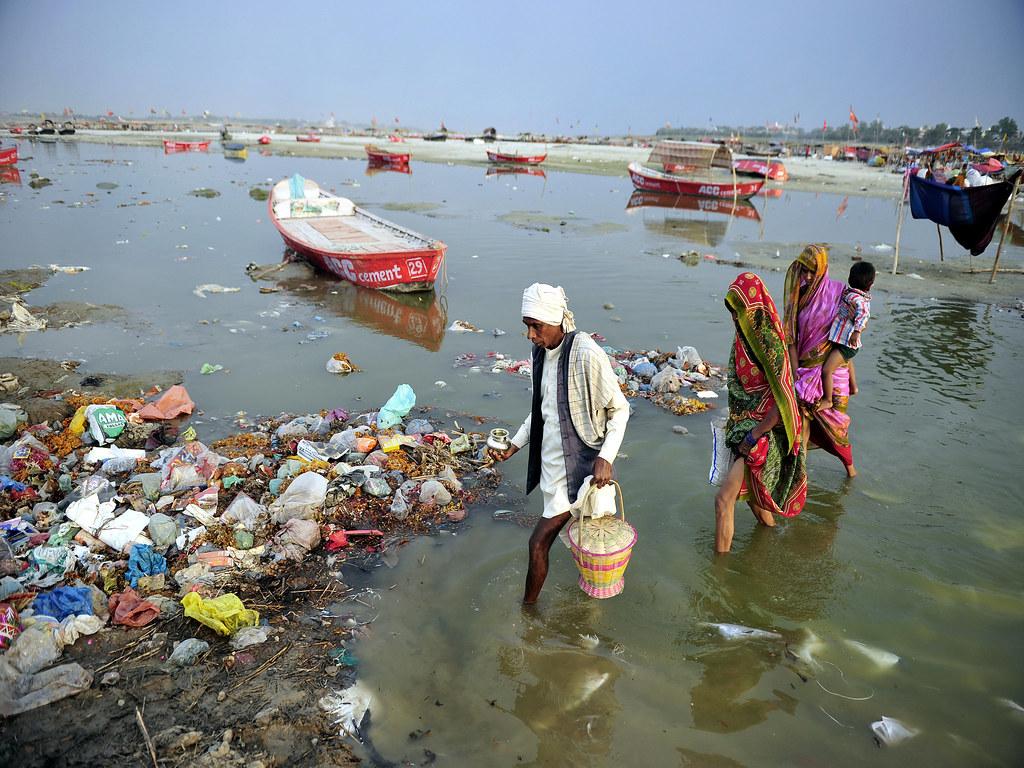 त्रिवेणी में प्रदूषित गंगा नदी
