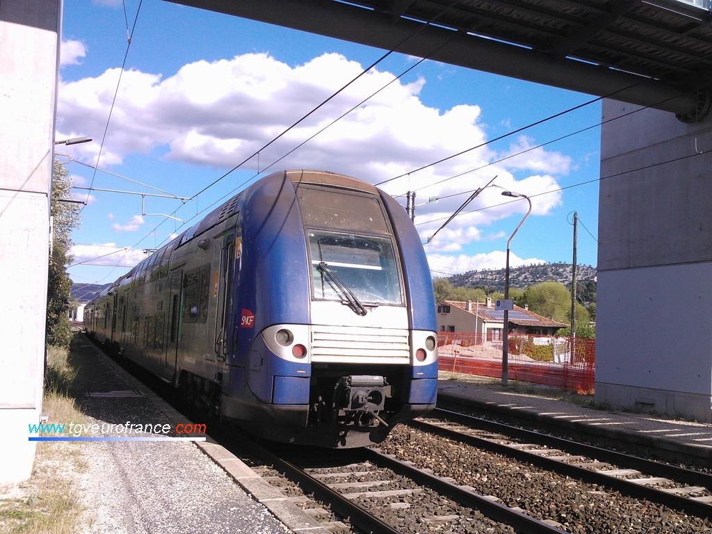 Une automotrice TER 2N NG quittant la gare de La Penne-sur-Huveaune