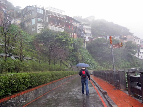 Dan walking in Jiufen in the rain.