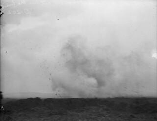 A German shell exploding, Vimy Ridge, France, April 1917 / Un obus allemand explose sur la crête de Vimy (France) en avril 1917