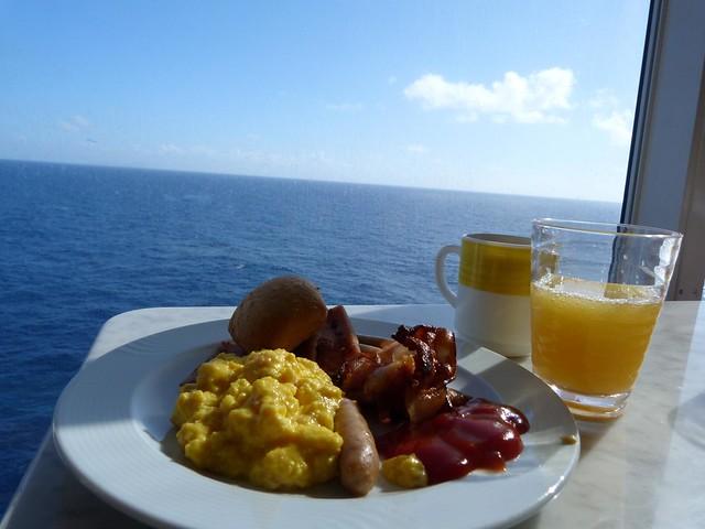 Desayuno frente al mar en el Costa neoRiviera