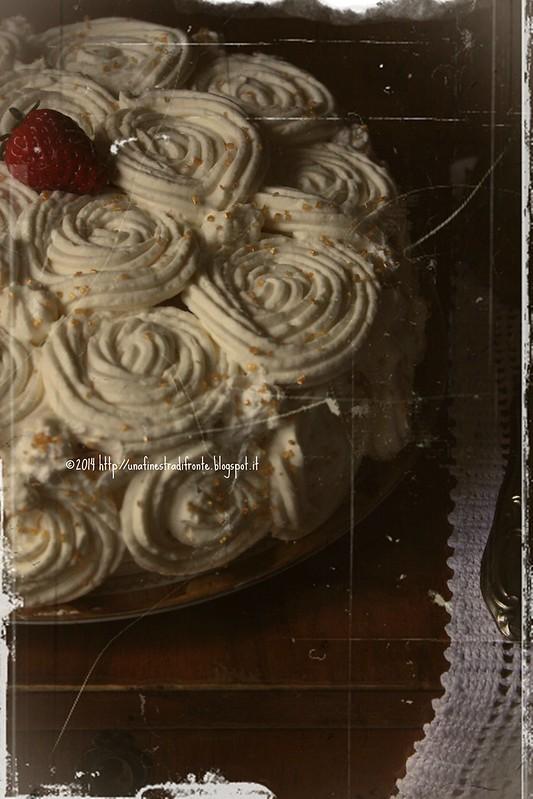 Torta con fragole, limoni caramellati e cioccolato bianco