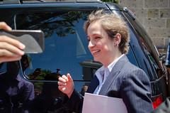 Solo quería una selfie con Carmen Aristegui, acabó con beso en la mejilla ②
