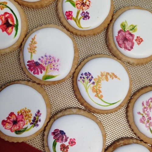 Hand painted sugar flower cookies for @stationerybakery !#polkadotscupcakefactory