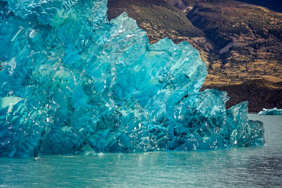 Estos témpanos de de hielo de un azul exquisito se desprendieron del Glaciar Viedma, uno de los grandes glaciares de la Patagonia argentina. (Santiago Ortiz).
