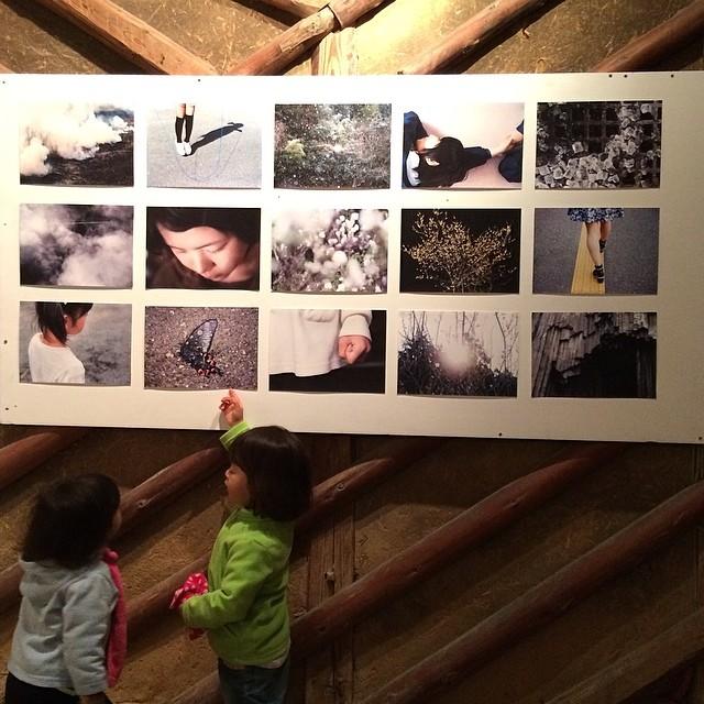 Marina y Noi disfrutando de la exposición de France Dubois. フランスさんの個展を楽しむ鞠菜と野衣ちゃん。 #studiokura