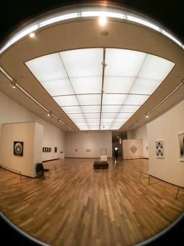 監視スタッフの動きまでもが : 「キネティックアート展」山梨県立美術館