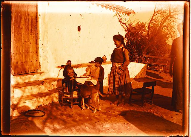 Niños en una venta hacia 1910. Fotografía de Pedro Román Martínez (c) JCCM, AHP, Fondo Rodríguez. Signatura R-150-4-06