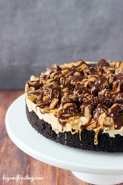 DROOL WORTHY No-bake Reese's Peanut Butter Cup Cheesecake. Loaded with Reese's peanut butter cups, this cheesecake is INSANE.
