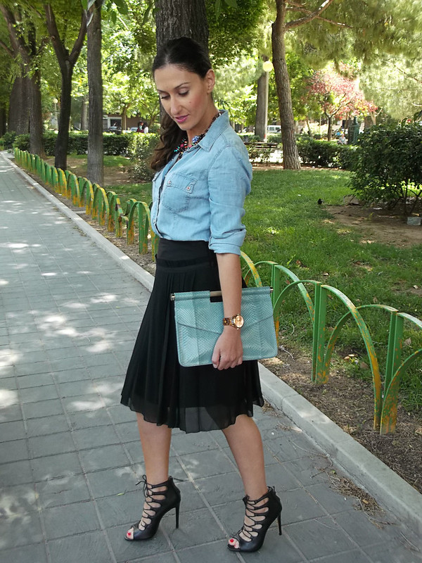 camisa vaquera, falda plisada gasa negra, lady, sandalias negras abotinadas de cordones cruzados, collar joya, clutch piel de pitón azul cielo, denim shirt, pleated black chiffon skirt, black crossed laces sandals, jewel necklace, blue sky python leather clutch, Stradivarius, Massimo Dutti, Zara, Bimba & Lola, Prada