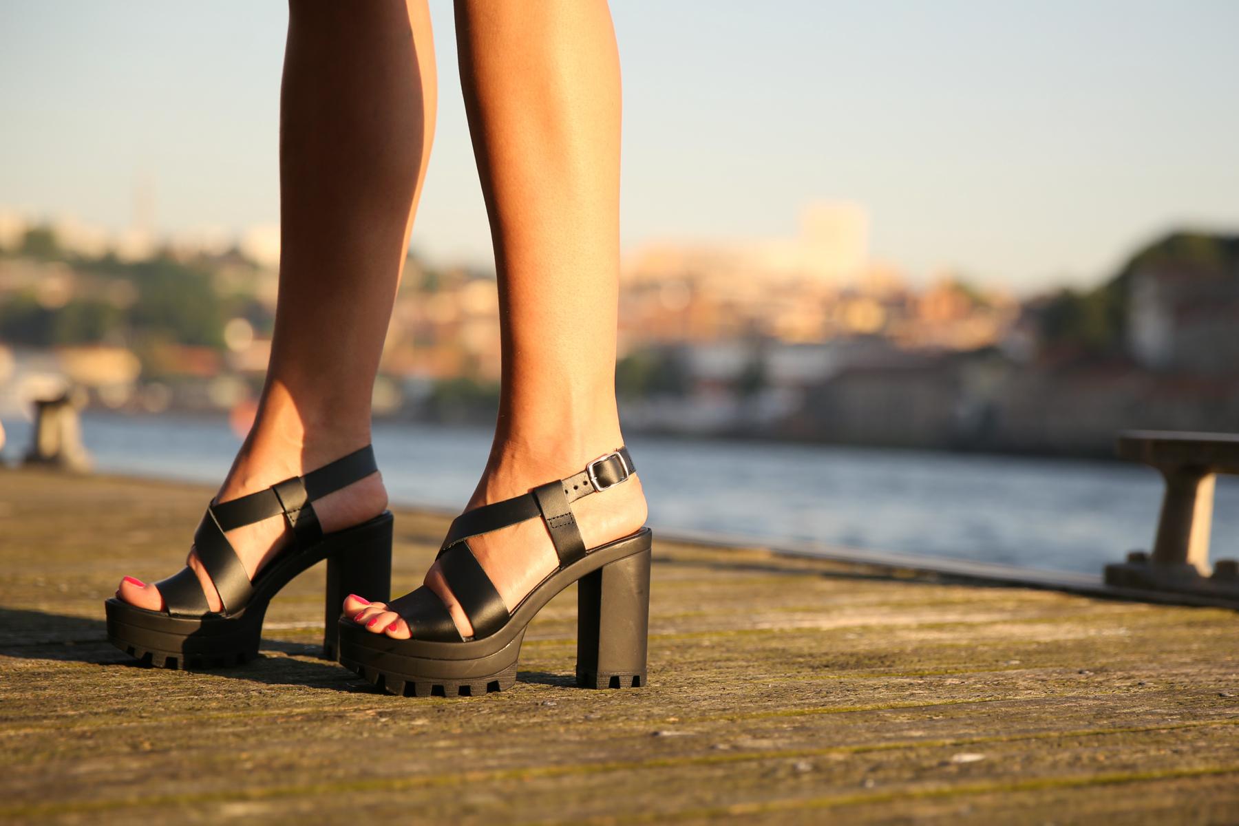 trendy_taste-look-outfit-street_style-ootd-blog-blogger-fashion_spain-moda_españa-salsa_jeans-dior_gafas-bolso_flecos-fringes_bag-khaki_shorts-shorts_caqui-grey_tee-camiseta_gris-verano-porto-portugal-4