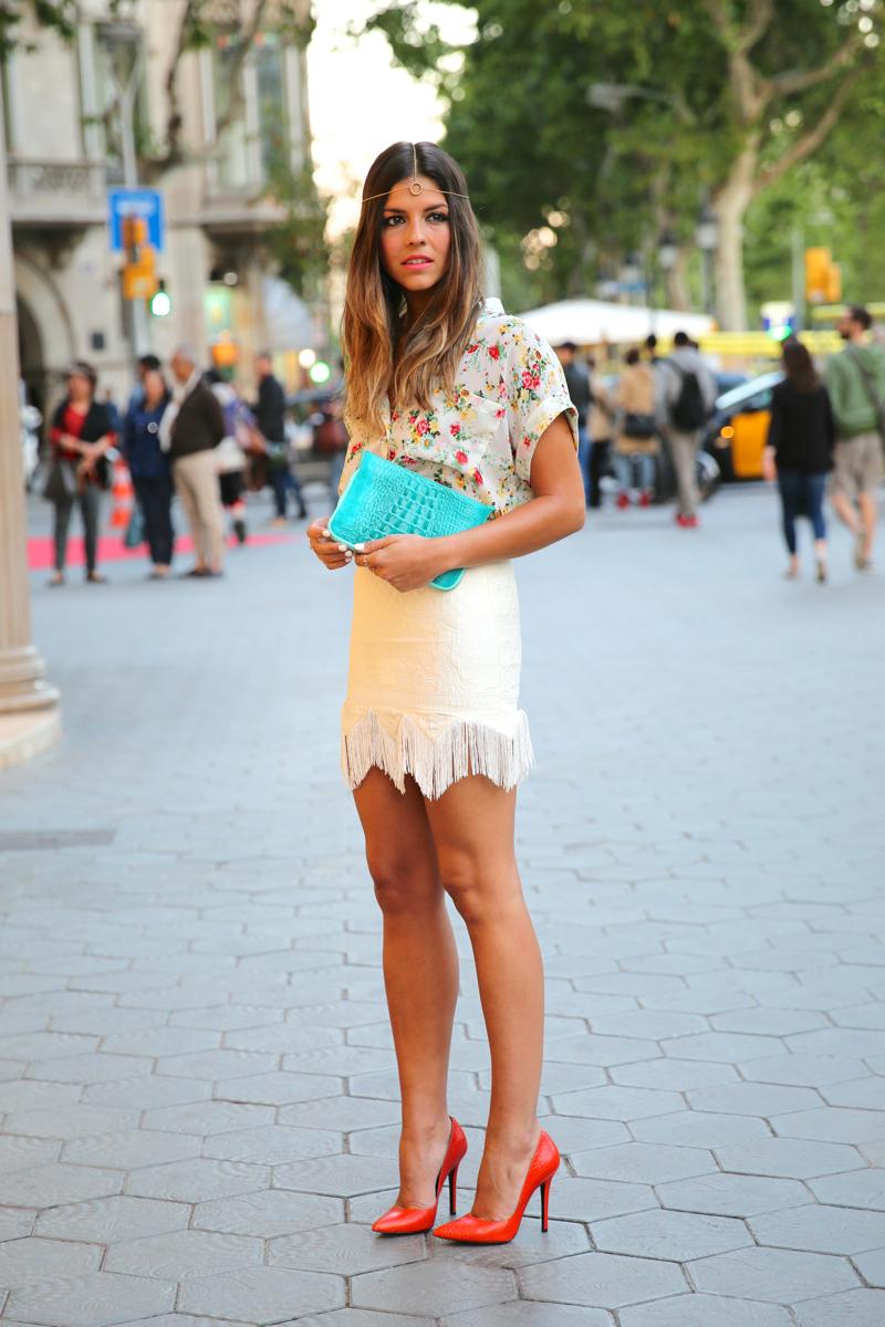 trendy_taste-look-outfit-hotel_majestic-street_style-ootd-blog-blogger-fashion_spain-moda_españa-falda_flecos-fringes_skirt-mas34-mango-blusa_flores-primaver_verano-zapatos_naranjas-tocado_dorado-7