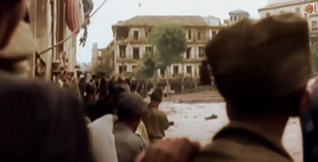 Milicianos en Zocodover. Captura de un vídeo real a color de la Guerra Civil en Toledo en el verano de 1936