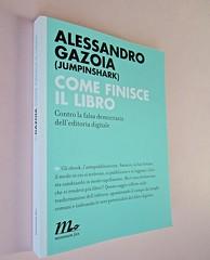 Come finisce il libro, di Alessandro Gazoia (Jumpinschark). minimum fax 2014. Progetto grafico di Riccardo Falcinelli. Dorso, copertina (part.), 2