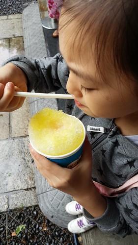 かき氷食べる人