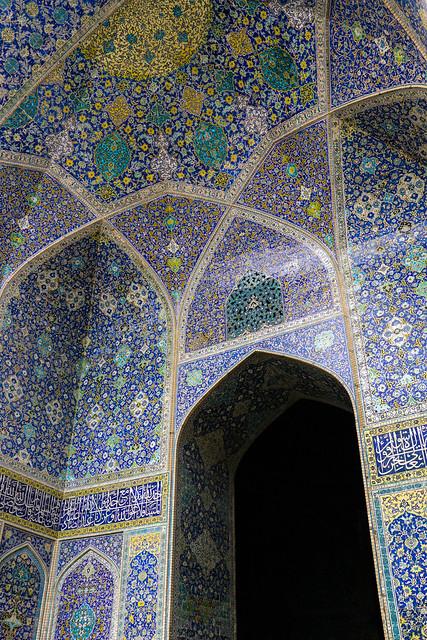 Blue tile decoration in Imam mosque, Isfahan, Iran イスファハン、王のモスク 青タイルの装飾