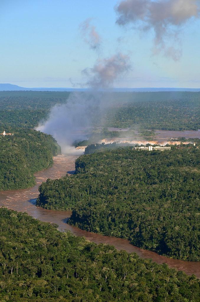 Las cataratas de Iguazú a lo lejos