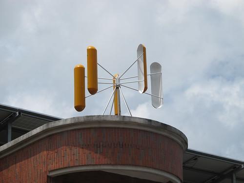 李泳宗設計並裝設在新岑國小的垂直軸風車。