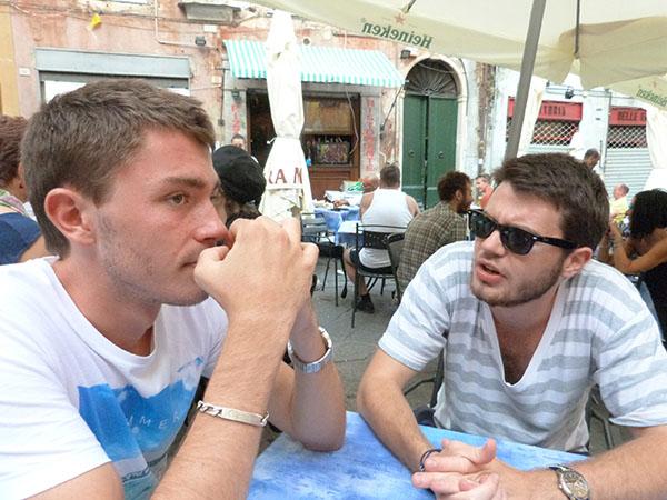 les deux garàçons au bar berto