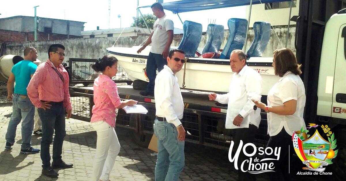 Alcaldía de Chone realizó entrega de un bote de fibra y dos motores fuera de borda
