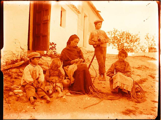 Familia en una venta (¿Venta del Alma?) hacia 1910. Fotografía de Pedro Román Martínez (c) JCCM, AHP, Fondo Rodríguez. Signatura R-137-3-04
