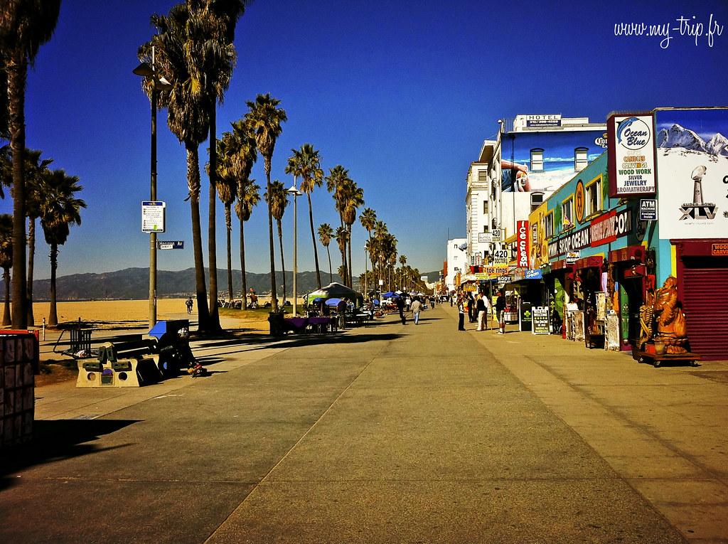 Promenade le long de Venice beach en périphérie de Los Angeles