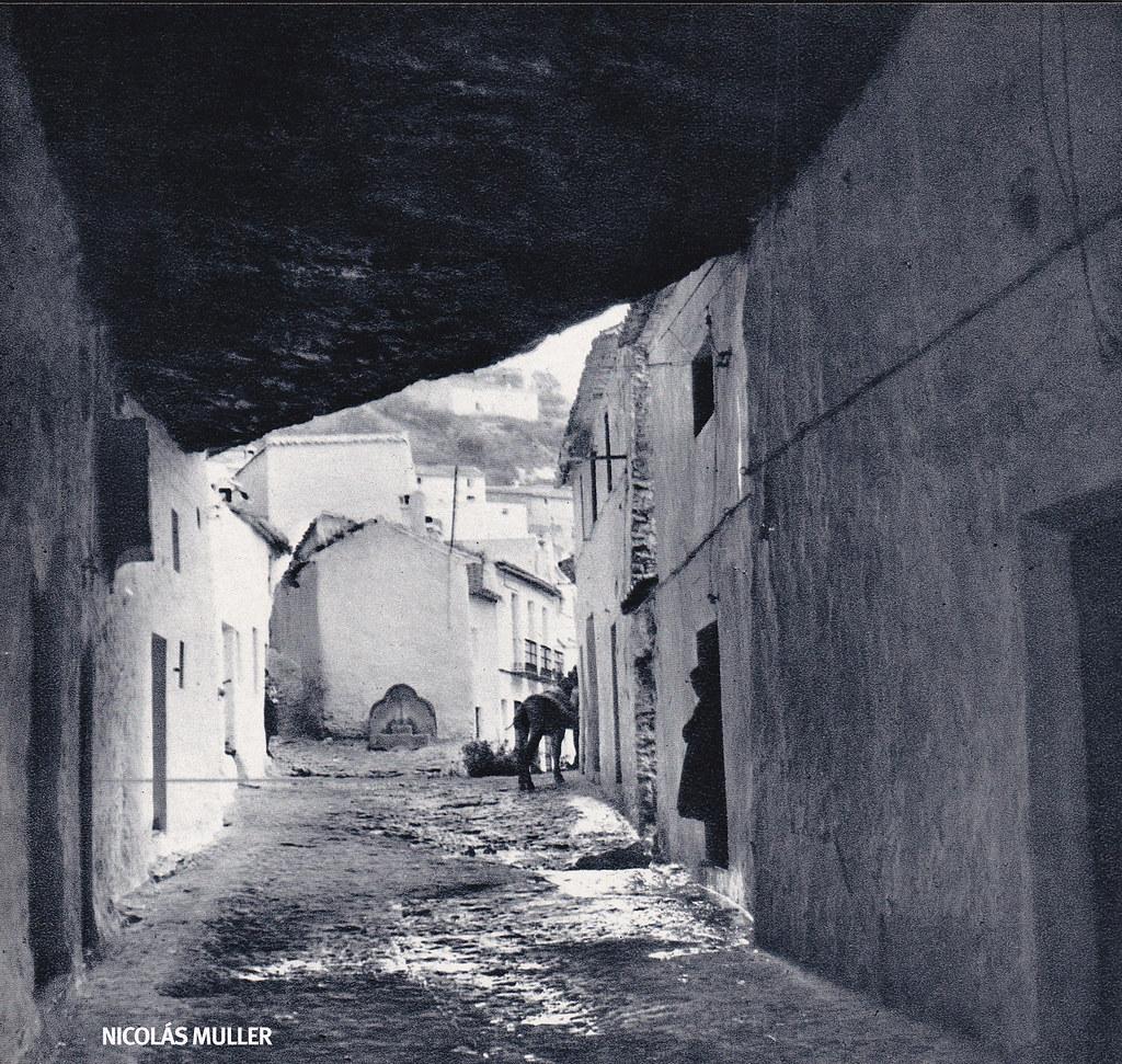 """Fotografía de Nicolás Muller incluida en el libro """"Andalucía"""" (Editorial Clave, 1968), con textos de Fernando Quiñones. Imagen de las Cuevas de la Sombra, una calle del """"encajonado Setenil"""" (la defición es de Quiñones) que ha fascinado a los fotógrafos han pasado por Setenil."""