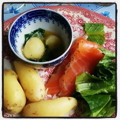 Dopp-i-koppi med nyupptagen mandelpotatis och lök från gårdens egen odling samt gravad lax. Mumma! #Kolari