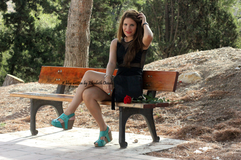 Vestido-negro-flexyandsexy-con-cuñas-azules-yokono-HEELSANDROSES-(3)