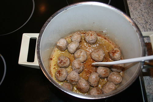 20 - Bratwurstbällchen anbraten / Fry meatballs