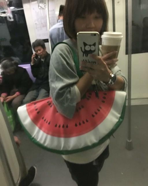 手拿星巴克 背著西瓜包 我在上海地鐵 征服了這個亞洲最大的金融之都❤️