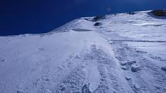 Paweł wchodzi na depozyt sniegu i urywa mała lawinę. Proba wejscie na szczyt Punta Fuora 3411m.