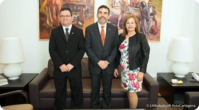 Cayuela entrega su archivo fotográfico a Cartagena