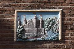 Gevelsteen met kasteel en een molen